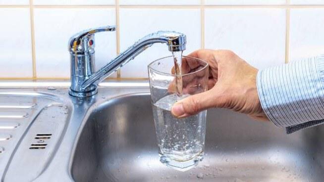 Come eliminare l'odore e il sapore di cloro dall'acqua del rubinetto: 2 metodi fuffa e 1 soluzione definitiva