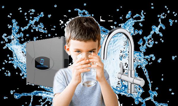 depuratori-acqua-domestici-bambino-con-acqua-sfondo